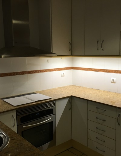 Instal·lació llum led sota d'armari cuina
